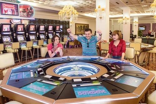 Khách nước ngoài chơi cá cược tại casino lớn nhất Quảng Ninh. Ảnh: Agoda,Royal Villas Halong.