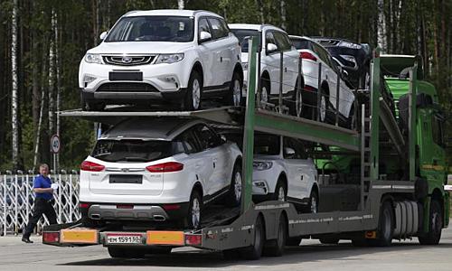 Những chiếc xe đang được chờ tiêu thụ tại Trung Quốc. Ảnh: CNN