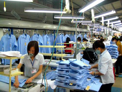 Phân xưởng sản xuất áo sơ mi của Công ty May 10.