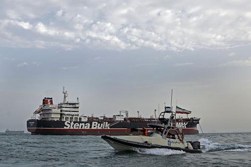 Xuồng tuần tra của Iran cạnh tàu dầubị bắt - Stena Impero. Ảnh: AFP