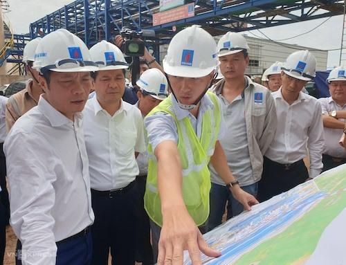 Ông Trần Tuấn Anh (trái) nghe báo cáo về tiến độ dự án Nhiệt điện Thái Bình 2. Ảnh: H.Thu