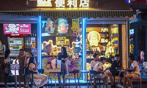 Thanh niên ăn uống trước một cửa hàng tiện lợi ở Tân Cương - khu vực bắt đầu đẩy mạnh kinh tế ban đêm từ tháng 7. Ảnh: Xinhua