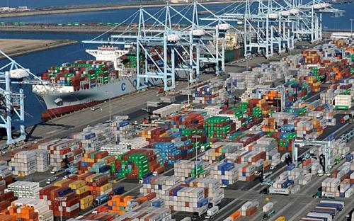 Các container tại một cảng biển ở California (Mỹ). Ảnh: Reuters
