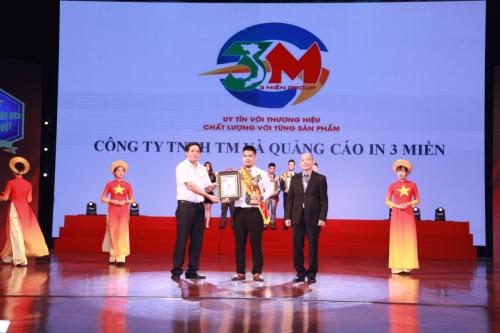 Đại diện Công ty in 3 Miền nhận giải thưởng top 10 thương hiệu, doanh nhân sản phẩm nổi tiếng đất Việt năm 2018.