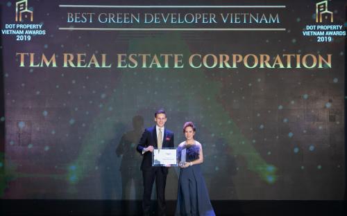 Bà Nguyễn Thị Thanh Tú - Chủ tịch HĐQT Tập đoàn TLM nhận hai giải thưởng Nhà phát triển bất động sản xanh tốt nhất Việt Nam 2019 và Doanh nghiệp thực hiện trách nhiệm xã hội tốt nhất Việt Nam 2019.
