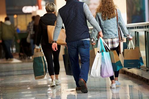 Người mua hàng trong một trung tâm thương mại ở Pennsylvania (Mỹ). Ảnh: Reuters