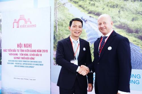 Phó Tổng giám đốc Hasco Group ông Nguyễn Minh Ly cùng đối tác ngoại.
