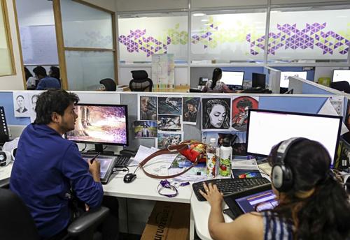 Nhân viên Think & Learnlàm việc trong văn phòng ởBengaluru, Ấn Độ. Ảnh: Bloomberg