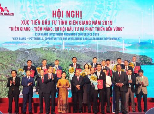 Phó Tổng giám đốc Hasco Group ông Nguyễn Minh Ly nhận quyết định chủ trương chấp thuận đầu tư.