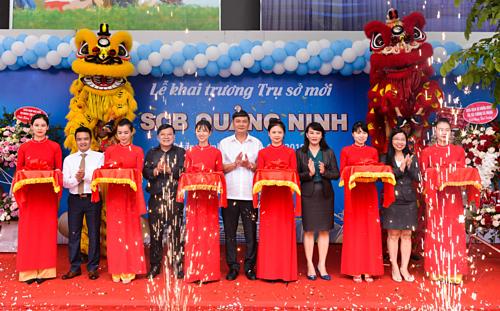 Đại diện SCB cắt băng khai trương chi nhánh Quảng Ninh.