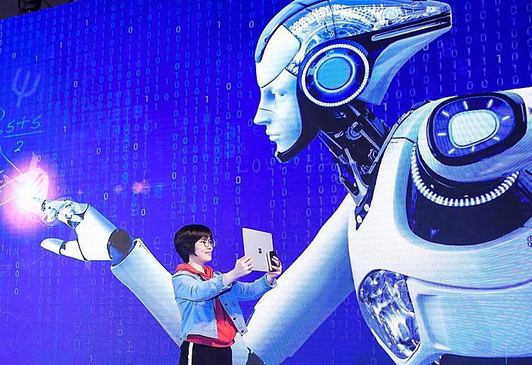 Một sinh viên dùng thử ứng dụng học bằng AI tại Bắc Kinh. Ảnh: China Daily