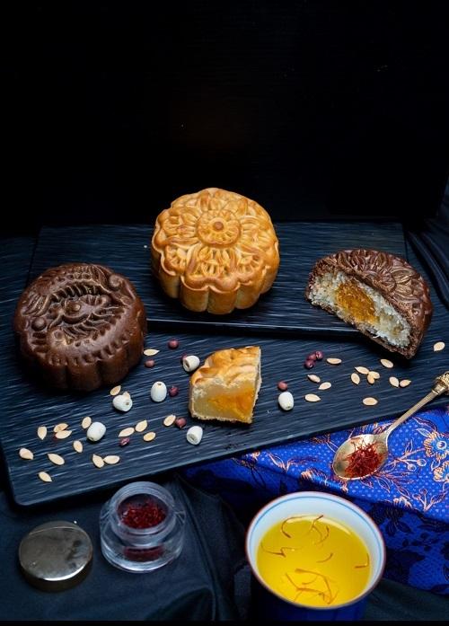 Trà Saffron Threads of Gold vàbánh trung thu Cyrus Chocolate.