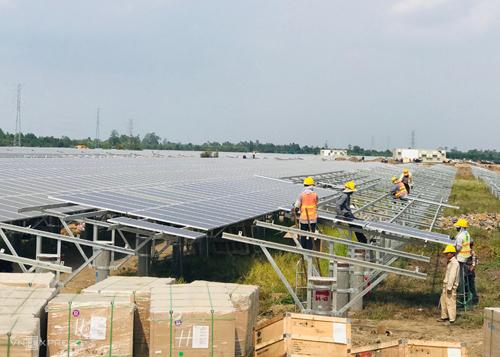 Công nhân một dự án điện mặt trời tại Long An đang lắp đặt tấm pin mặt trời. Ảnh: Hoài Thu