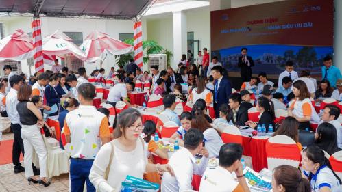 Khách hàng tham gia chương trình giới thiệu dự án Viva Park vào cuối tháng 7/2019.