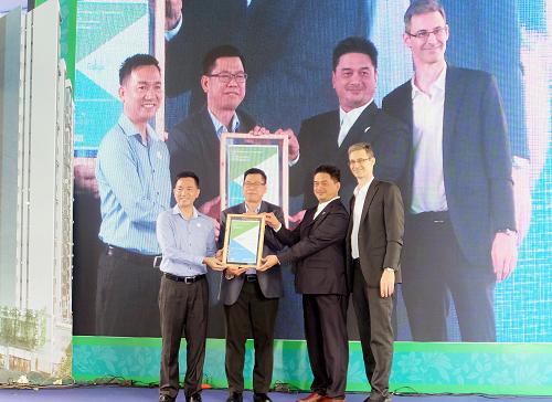Đại diện chủ đâu tư đón nhận chứng nhận công trình xanh EDGE từ đại diện IFC (World Bank).