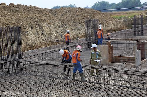 Công nhân nhà thầu thi công một ví trí móng cột thuộc dự án 500 kV mạch 3. Ảnh: Quang Thắng