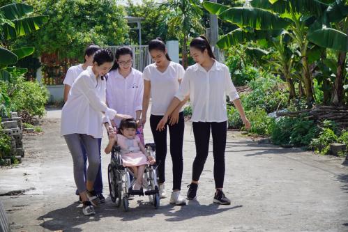 Đỗ Mỹ Linh cùng dàn thí sinh Miss World Vietnam làm từ thiện - 3