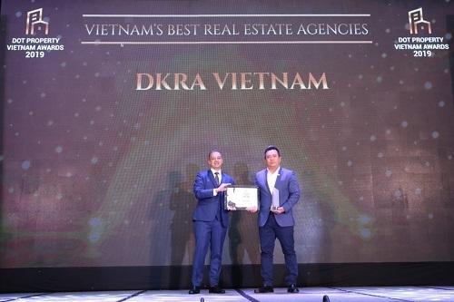 Ông Phạm Lâm - CEO DKRA Vietnam (phải) đón nhận giải thưởng