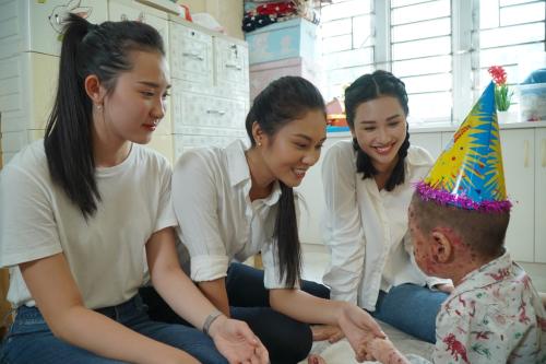 Đỗ Mỹ Linh cùng dàn thí sinh Miss World Vietnam làm từ thiện - 1