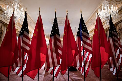 Cờ Mỹ và Trung Quốc tại Bộ Ngoại giao Mỹ. Ảnh: AFP