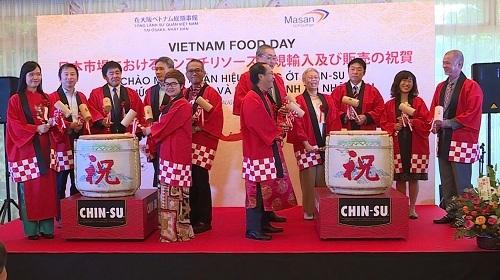 Lễ đập rượu hạnh phúc - một nghi thức của Nhật Bản khi khai trương ra mắt nhằm mang lại may mắn xuất hiện tại lễ công bố nhập khẩu tương ớt Việt Nam.