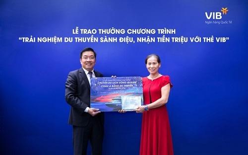 Chị Nguyễn Thị Thêu (Hà Nội) là một trong hai chủ thẻ tín dụng VIB nhận giải đặc biệt từ chương trình ưu đãi.