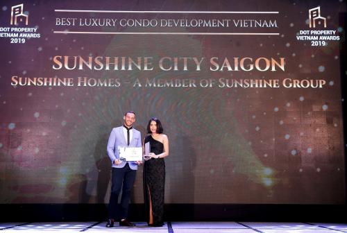 Lãnh đạo (ai?) Sunshine City Sài Gòn nhậngiải Dự án căn hộ hạng sang tốt nhất 2019 tạiDot Property Vietnam Awards 2019.