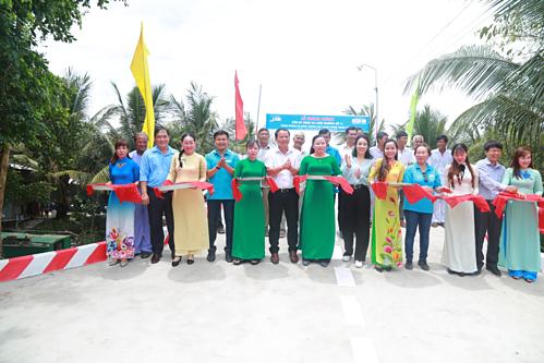 Đại diện Quỹ Vì Tầm vóc Việt, Bắc Á Bank, Đoàn Thanh niên TP Cần Thơ và chính quyền địa phương cắt băng khánh thành cầu Hy vọng 25.