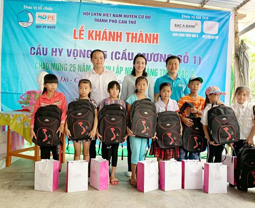 Đơn vị tổ chức đã trao những phần quà ý nghĩa cho học sinh nhân dịp năm học mới.
