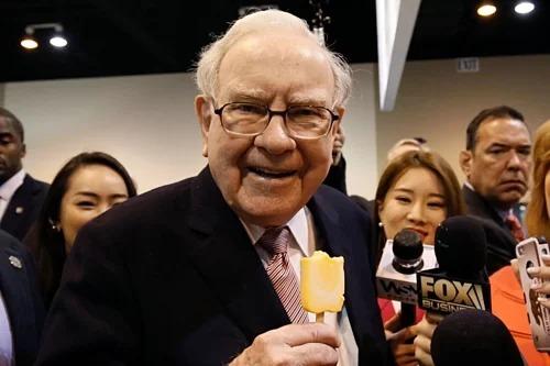 Warren Buffett trong một buổi đại hội cổ đông của công ty. Ảnh: WSJ