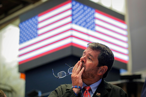 Một nhân viên giao dịch trên Sàn chứng khoán New York hôm qua. Ảnh: Reuters