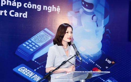 Bà Trần Thu Hương - Giám đốc Khối Ngân hàng Bán lẻ VIB giới thiệu giải pháp công nghệ Smart Card tại lễ ra mắt sáng ngày 8/8 tại TP HCM.
