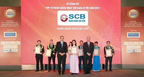 Đại diện SCB nhận giải tại lễ công bố top 10 doanh nghiệp uy tín.