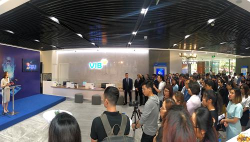 Hàng trăm đối tác, khách hàng của VIB đến dự lễ ra mắt và mở thẻ ngay tại sự kiện.