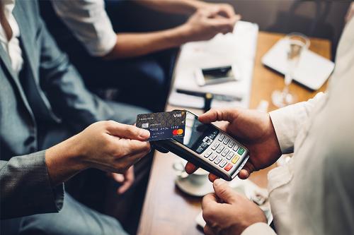 Công nghệ Contactless cho phép chạm nhẹ thẻ vào máy POS để thanh toán.