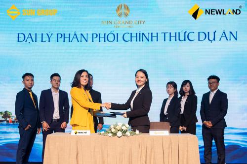 Bà Lại Thị Kim Ấn (trái) - Tổng giám đốc Công ty NewLand thực hiện ký kết cùng đại diện tập đoàn Sun Group.