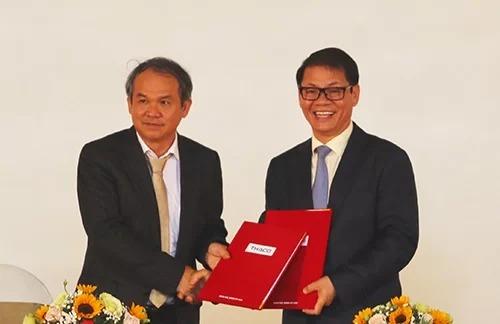 Ông Đoàn Nguyên Đức và ông Trần Bá Dương tại lễ ký kết thoả thuận giữa hai bên hồi tháng 3/2019. Ảnh: Đắc Thành.