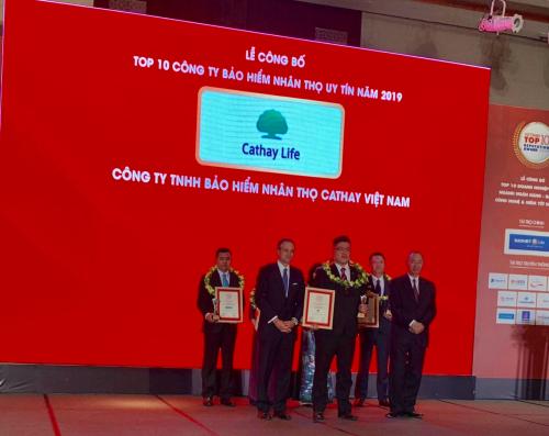 Đại diện công ty Cathay (đứng giữa hàng trên) nhận giải thưởng tại buổi lễ.