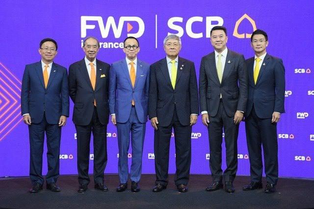 Ông Huỳnh Thanh Phong, Tổng giám đốc điều hành FWD (trái), tỷ phú Richard Li (thứ ba từ trái qua) tại một buổi lễ.