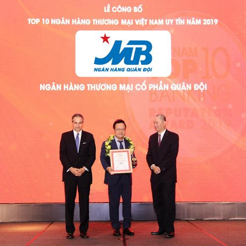 Đại diện MB (đứng giữa) nhận giải thưởng.