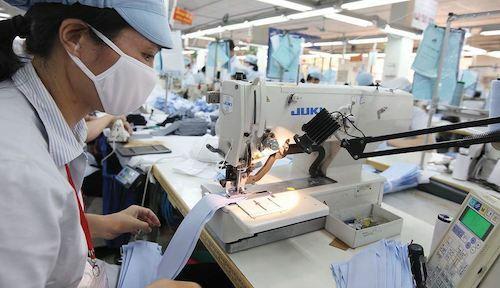 Sản xuất áo sơ mi tại Công ty May 10. Ảnh:T.L