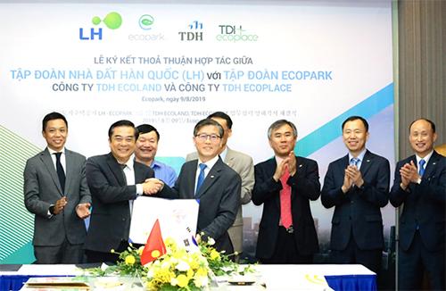 Ông  Byeon Chang Heum – Giám đốc điều hành Tập đoàn LH (phải) và ông Nguyễn Công Hồng- P.TGĐ Tập đoàn Ecopark kiêm TGĐ Công ty CP Đầu tư và phát triển đô thị TDH Ecoland ký kết thỏa thuận hợp tác.