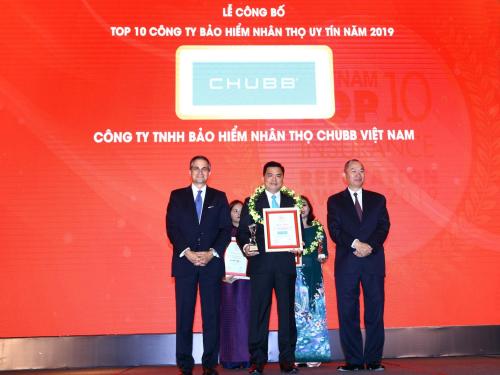Ông Bùi Thanh Hiệp - Phó tổng giám đốc Chubb Life Việt Nam đại diện nhận giải thưởng từ ban tổ chức.
