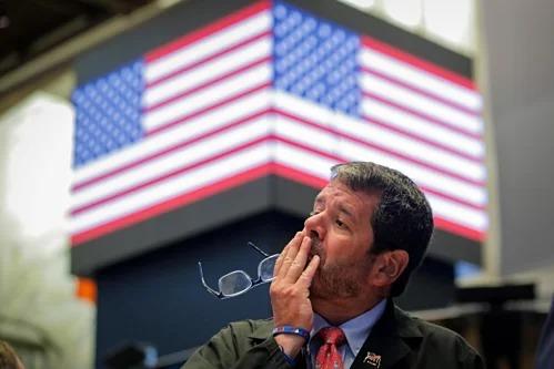 Một nhân viên giao dịch trên Sàn chứng khoán New York.Ảnh: Reuters