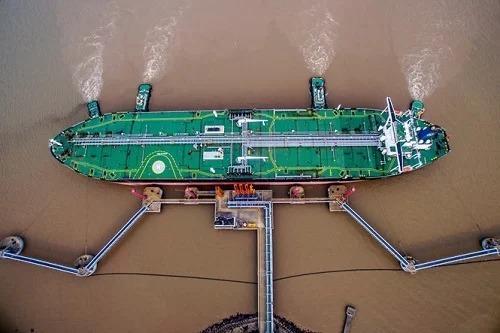 Một tàu chở dầu đã cập bến tại Trung Quốc. Ảnh:Bloomberg