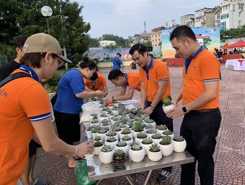 Chương trình diễn ra với nhiều hoạt động đa dạng như trồng cây, nhặt rác,