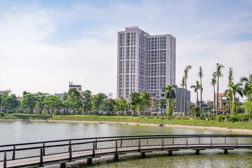 Areca Garden cao22 tầng, nằm tại phường Dĩnh Kế, thành phốBắc Giang hướng nhìn từ hồ.