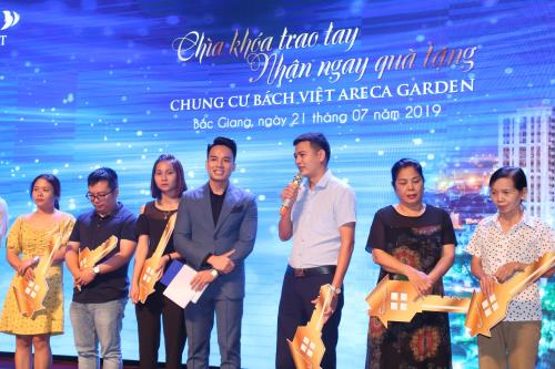 Anh Nguyễn Văn Ngân (thứ 3 từ phải sang) chia sẻ tại sự kiện bàn giao nhà hôm 21/7.