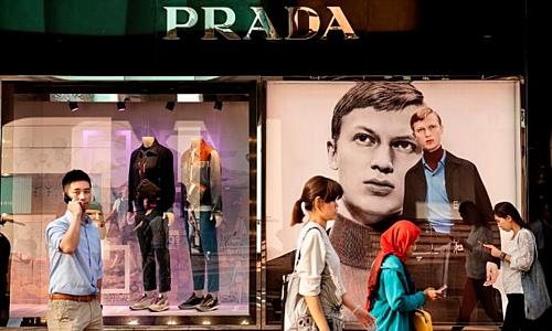 Bên ngoài một cửa hàng của Prada tại Hong Kong (Trung Quốc). Ảnh: AFP