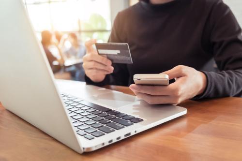 Thanh toán phí bảo hiểm trực tuyến tại đây hoặcthông qua ứng dụng Payoo trên điện thoại di động, thẻ ngân hàng nội địa.